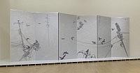 《電信柱、カラス、その他》 2012 パネル、キャンバス、アクリル絵具(六曲一隻屏風) 360×1020cm 撮影:渡邉修 展示風景:「会田誠展:天才でごめんなさい」森美術館、東京 森美術館蔵© AIDA Makoto Courtesy Mizuma Art Galleryの画像