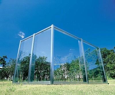 image of 反射ガラスとカーブした垣根の不完全な平行四辺形